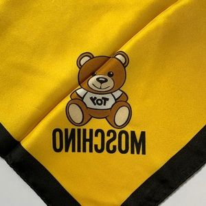 ❤️NEW Moschino bright yellow small silk scarf ❤️